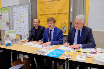 Nicolas Florian, current mayor of Bordeaux, and Patrick Bobet, current President of Bordeaux Metropole, signing the Velo-Cité manifesto for the next municipal elections